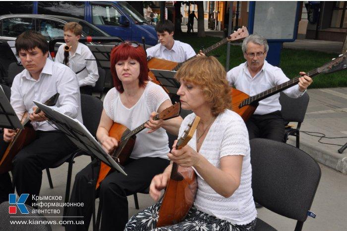 В центре Симферополя играли на русских народных инструментах