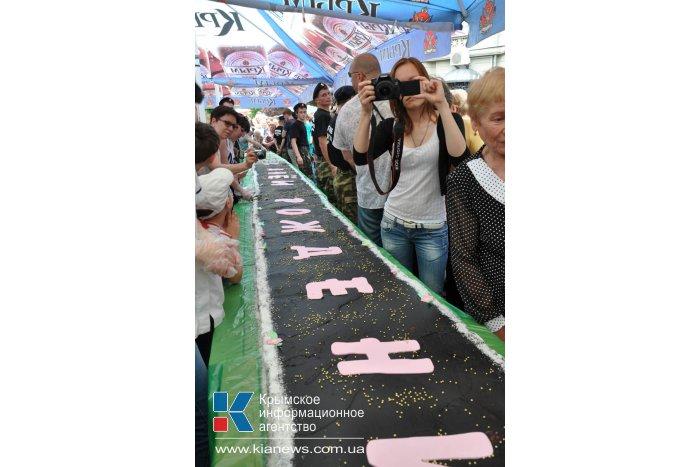 Симферопольцы съели 23-метровый торт