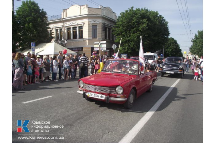 В Симферополе состоялось праздничное шествие