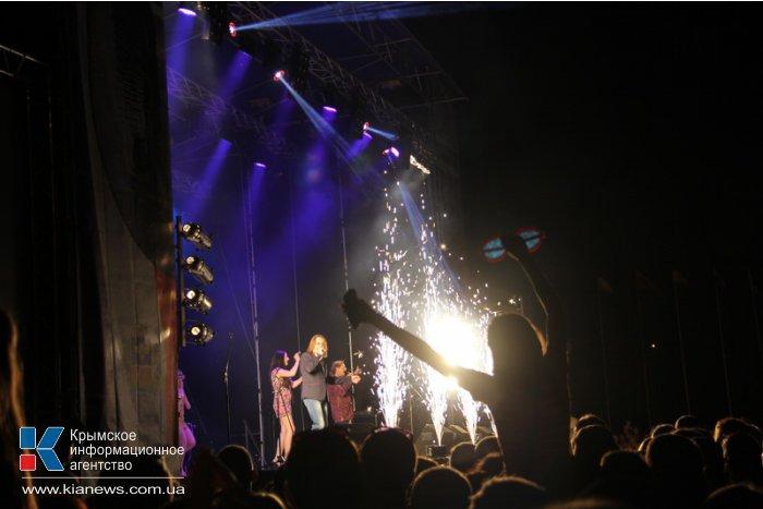 В Симферополе устроили световое шоу и фейерверк