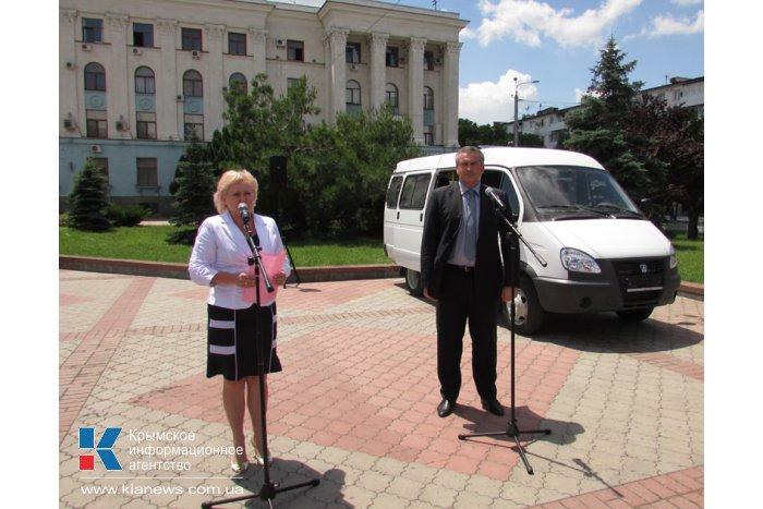 В Симферополе многодетной семье подарили автобус
