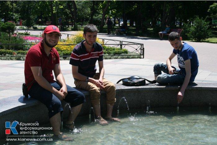 Симферопольцы спасаются от жары в фонтанах