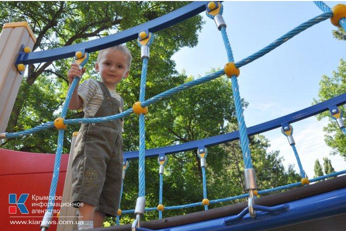 В парке Симферополя установили новую игровую площадку
