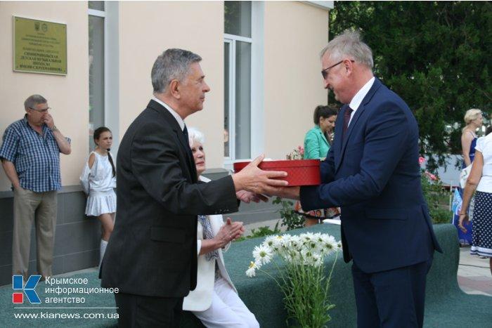 В Симферополе поздравили юбиляров рубиновой свадьбы
