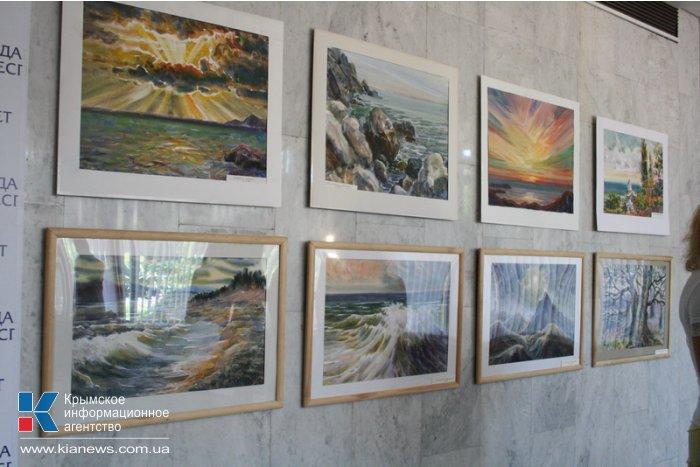 В Госсовете Крыма открылась выставка живописи московской художницы