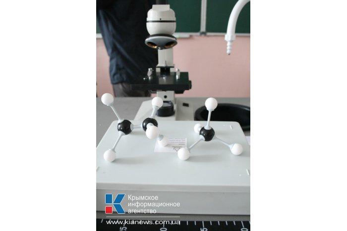 В Симферополе дети с нарушением слуха получили интерактивные кабинеты химии и истории