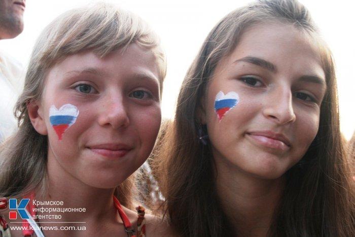 В Симферополе прошел концерт, посвященный передаче российских учебников в Крым