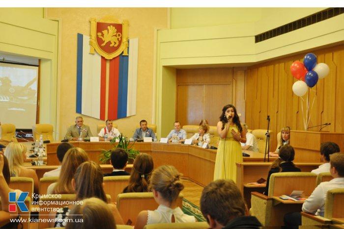 В Симферополе юным крымчанам вручили первые паспорта