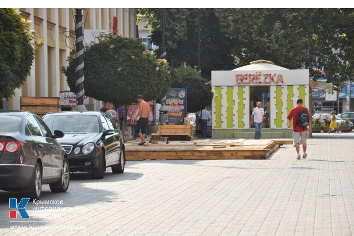 В центре Симферополя вновь возводят недавно снесенное летнее кафе