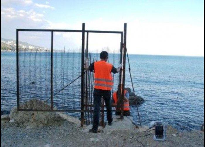В Алупке в очередной раз снесли заборы у входа на пляж