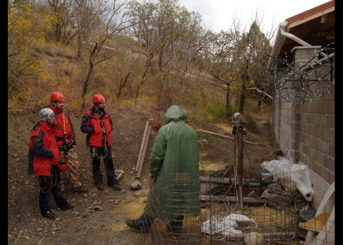 В Алуште спасатели достали тело рабочего со дна колодца