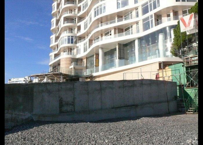 На одном из пляжей Ялты снесут забор
