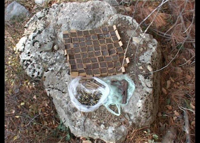 Грибник нашел в лесу возле Ялты схрон оружия
