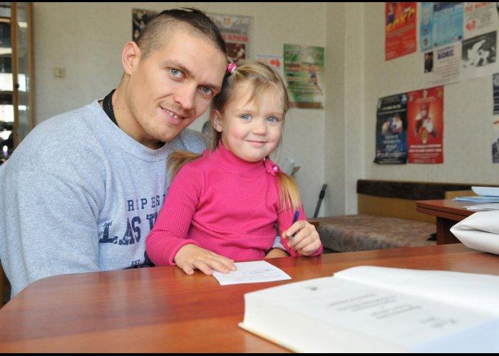 Боксер-олимпиец передал детям книгу Марка Твена