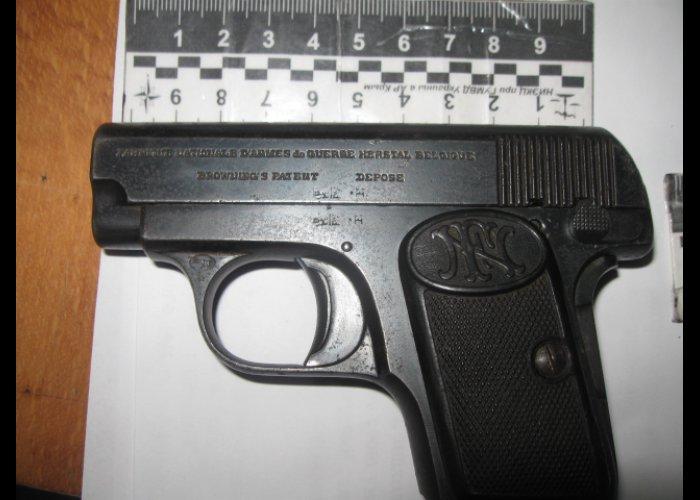 Крымская пенсионерка принесла в милицию пистолет времен войны