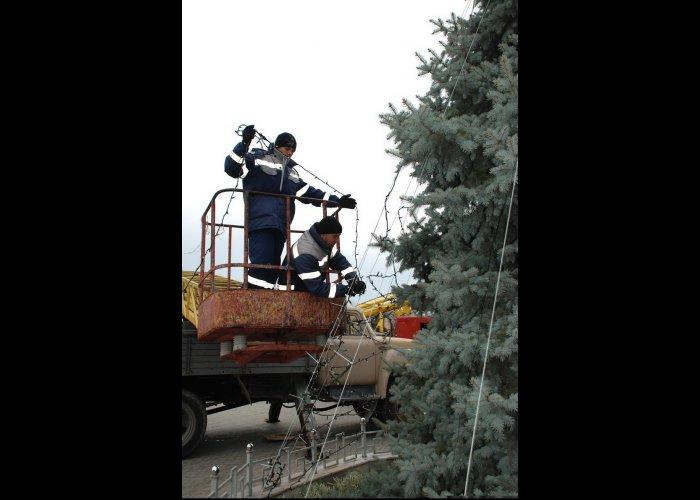 В Евпатории украшают городскую елку