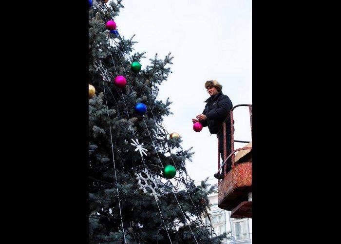 В Евпатории нарядили городскую елку