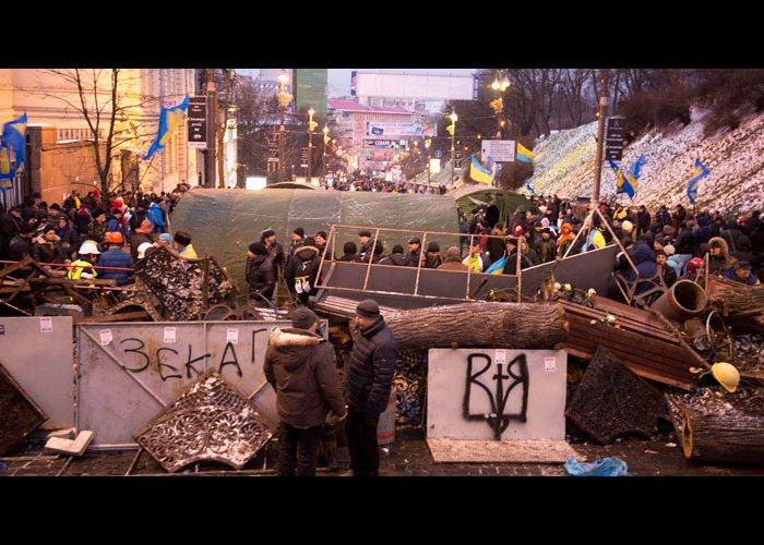 На Крещатике в Киеве участники Евромайдана рубят каштаны для костров