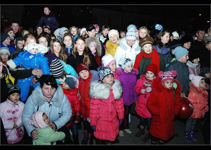 В Феодосии зажгли огни на новогодней елке