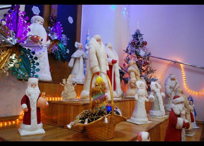 В Евпатории открыли выставку новогодних открыток и игрушек