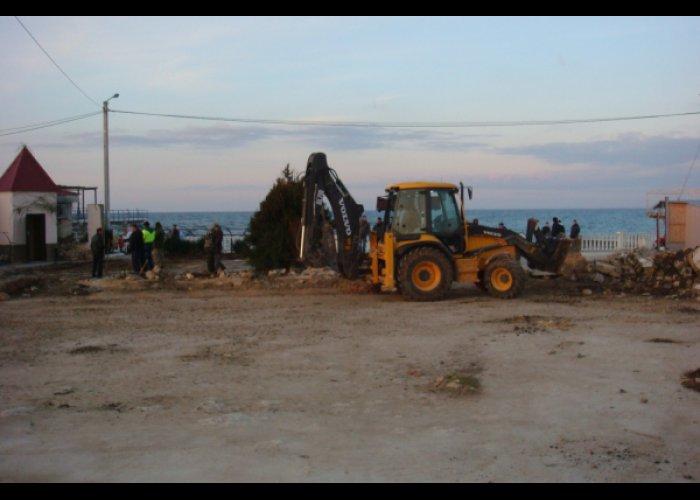 На севастопольском пляже демонтировали незаконно установленный забор