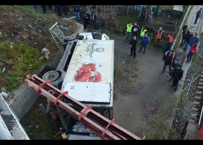 В Севастополе грузовик упал с железнодорожного моста