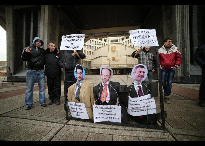 В Симферополе прошла акция против оппозиционеров