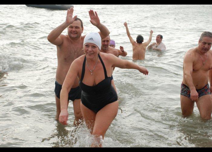 В Евпатории устроили крещенские купания