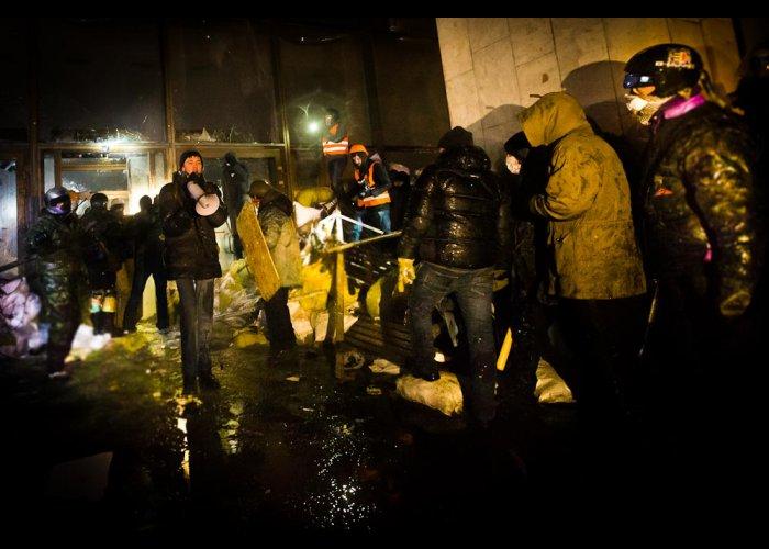 Участники беспорядков в Киеве ночью пытались штурмовать Украинский дом