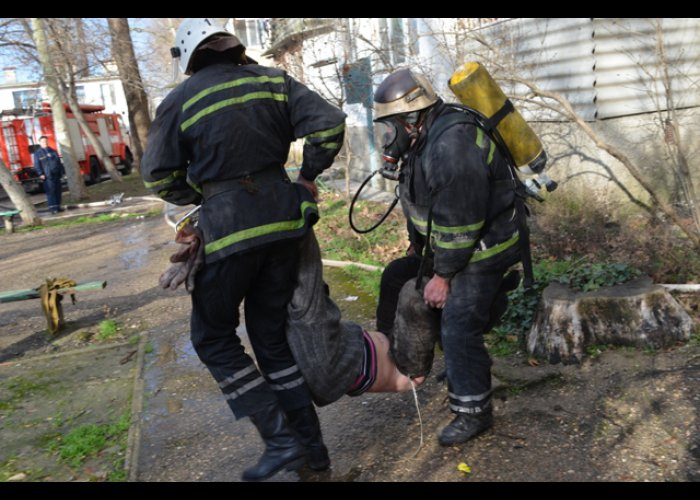 В Севастополе из горящего подвала спасли двух бездомных