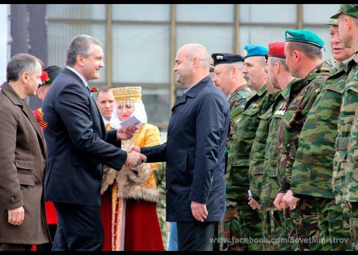 В Симферополе медалями наградили бойцов самообороны