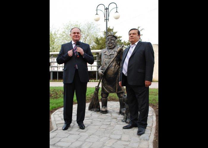Памятник дворнику установили в Евпатории