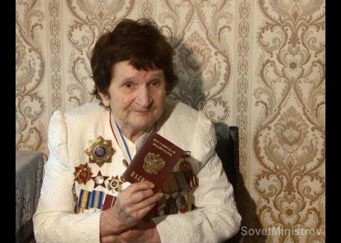 Премьер Крыма вручил российский паспорт ветерану войны