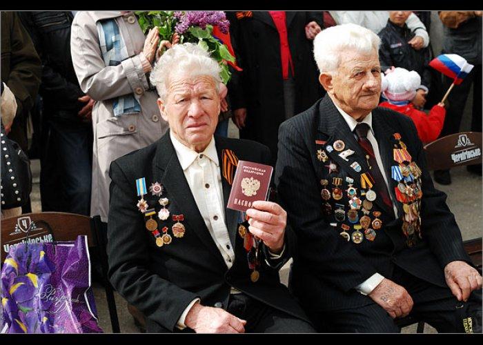 Ветеранам Феодосии вручили российские паспорта