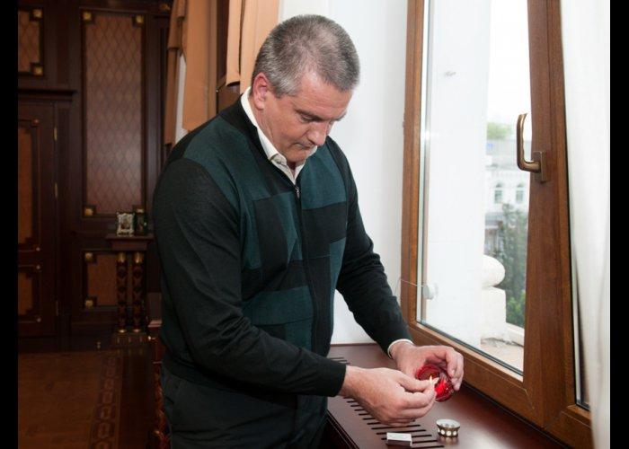 Крымский премьер зажег свечу в память о жертвах депортации