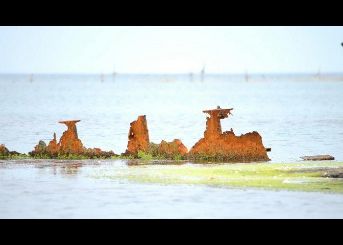 Вандалы отпилили часть затонувшего корабля-памятника в море у берегов Феодосии