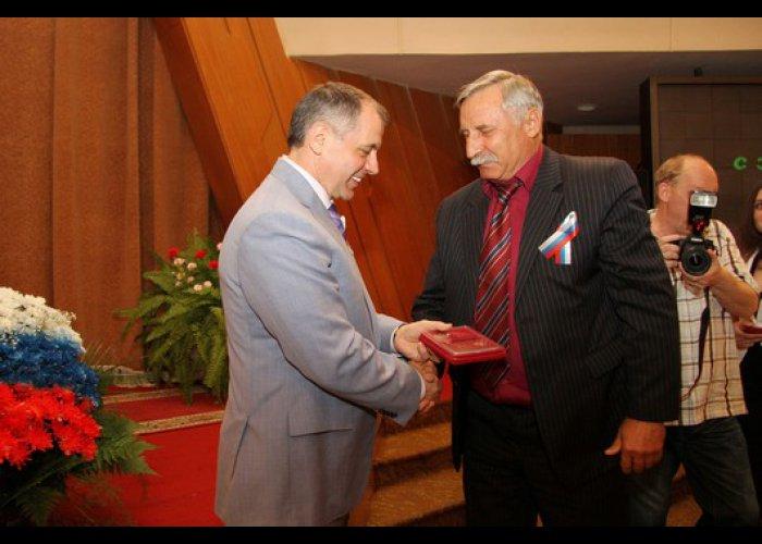 В преддверии Дня России депутаты и чиновники Крыма получили награды