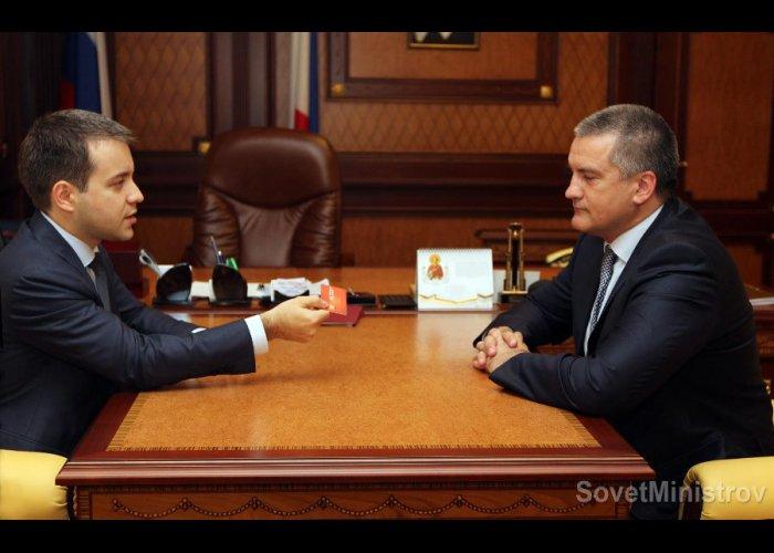 Министр связи РФ вручил крымскому премьеру российскую сим-карту