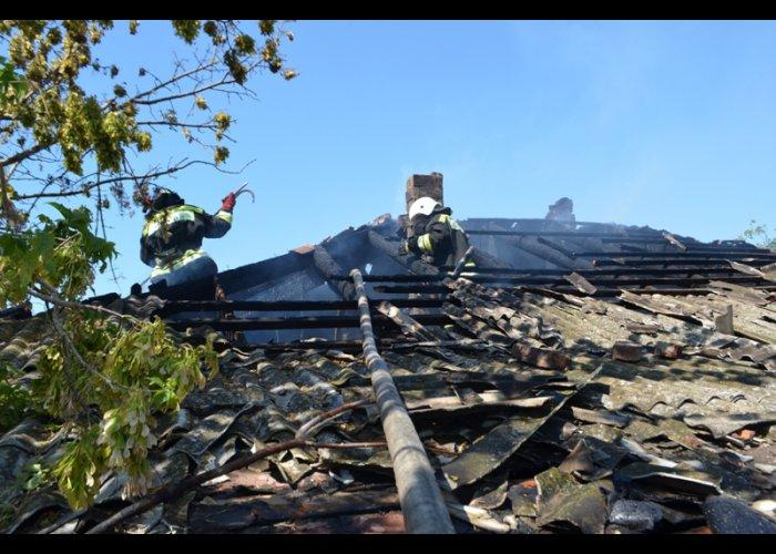 В Севастополе загорелся заброшенный дом