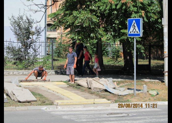 В Симферополе открыли первый пешеходный переход с тактильной плиткой