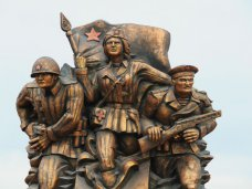 Памятник, В Керчи на набережной открыли памятник десантникам