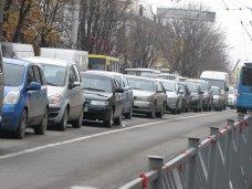 Из-за аварии в центре Симферополя в пробке оказались сотни автомобилей
