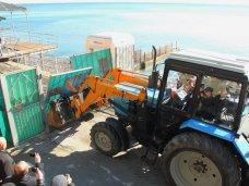 Премьер Крыма в Ялте демонтировал забор, преграждающий вход на пляж