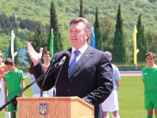 Янукович, Президент открыл в «Артеке» реконструированный стадион