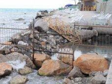 Пляжи, Предприниматель в Алупке снова возвел снесенный вчера забор