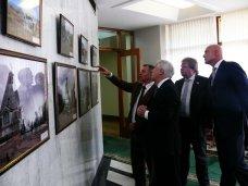Выставка, В стенах крымского парламента открылась выставка военной фотохроники