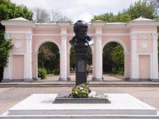Памятник, На реконструкцию входа в симферопольский парк Шевченко выделили 528 тыс. грн.