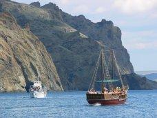 Карадагский заповедник, Экологи усмотрели нарушения в морских прогулках вдоль Карадага