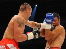 Александр Усик, Крымский боксер стал победителем в первом бое на профессиональном ринге