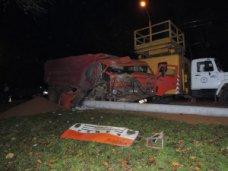 ДТП, В Керчи при столкновении «КАМАЗа» с бетонной опорой пострадала девочка